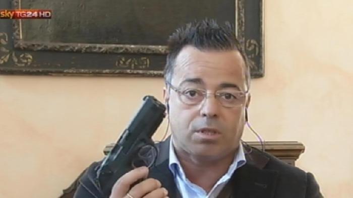 Petizione pistole in diretta tv e filo spinato contro i for Diretta dal parlamento